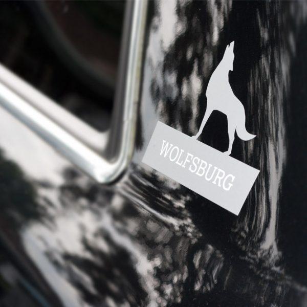 Das Bild zeigt das Wolfsburger Stadtlogo als Sticker in Silber.