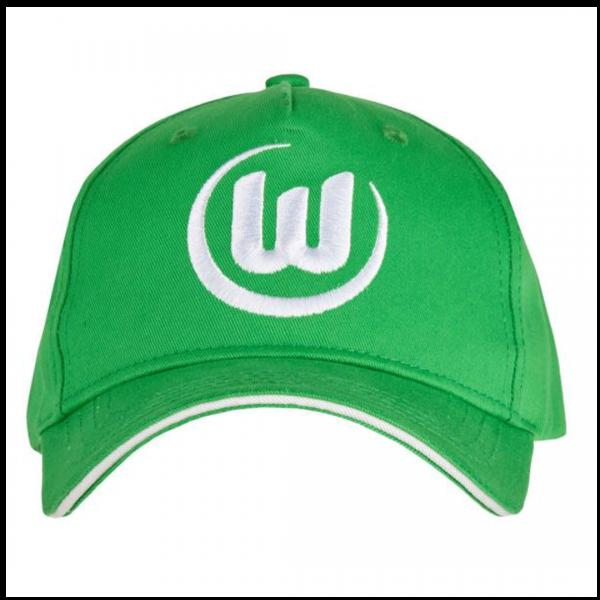 Das Bild zeigt eine Abbildung eines VfL Wolfsburg Caps in grün mit aufgesticktem Logo in weiß.