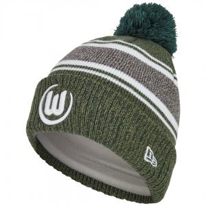 Das Bild zeigt eine grau-grüne Bommelmütze mit aufgesticktem Logo vom VfL Wolfsburg.