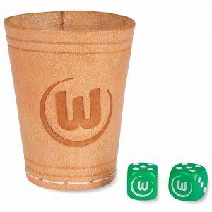 Das Bild zeigt einen Würfelbecher vom VfL Wolfsburg inklusive zweier Würfel.