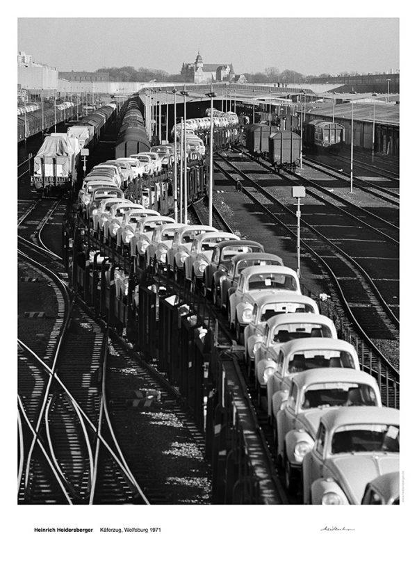 """Das Bild zeigt eine Fotografie von Heinrich Heidersberger mit dem Titel """"Käferzug, Wolfsburg 1963""""."""