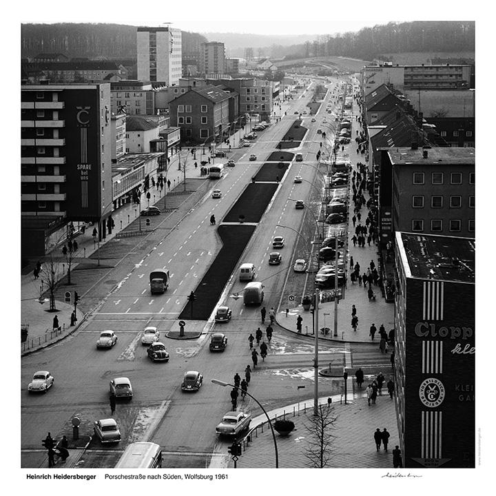 """Das Bild zeigt eine Fotografie von Heinrich Heidersberger mit dem Titel """"Porschestraße 2, Wolfsburg 1963""""."""