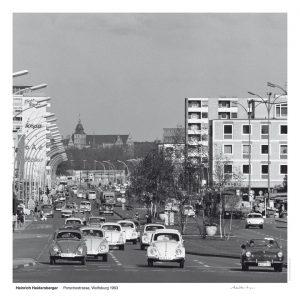 """Das Bild zeigt eine Fotografie von Heinrich Heidersberger mit dem Titel """"Porschestraße, Wolfsburg 1963""""."""