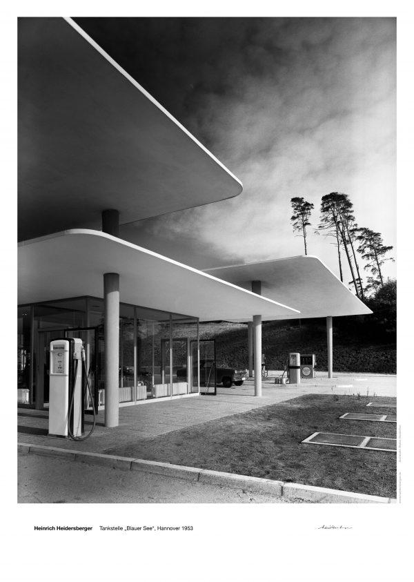 """Das Bild zeigt eine Fotografie von Heinrich Heidersberger mit dem Titel """"Tankstelle 'Blauer See' Hannover, 1953""""."""