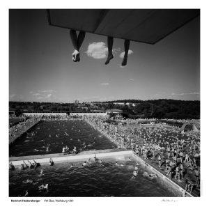 """Das Bild zeigt eine Fotografie von Heinrich Heidersberger mit dem Titel """"VW-Bad. Wolfsburg, 1961""""."""