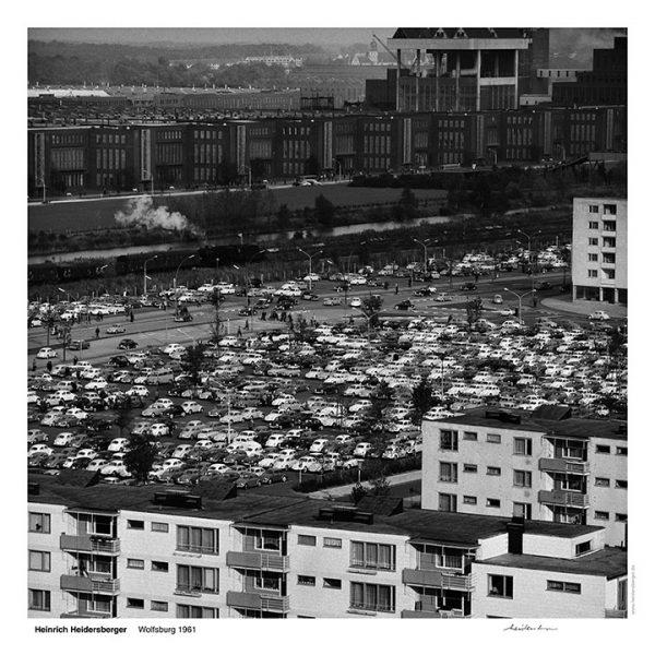 """Das Bild zeigt eine Fotografie von Heinrich Heidersberger mit dem Titel """"Wolfsburg 1963""""."""