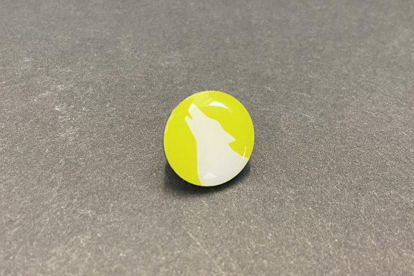 Das Bild zeigt einen Ansteckpin mit Wolfskopf in Lemon