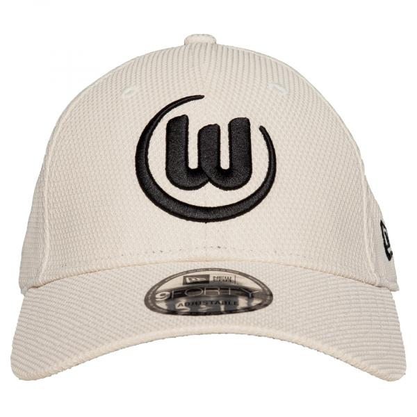 Das Bild zeigt ein beiges Basecap des VfL Wolfsburg mit Logo an der Front.